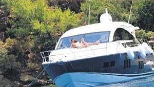Mustafa Sandal'ın teknesi kayaya çarptı