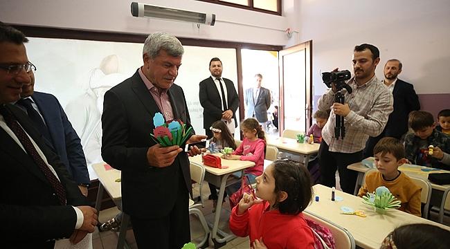 Başkan minik dostlarıyla bir arada