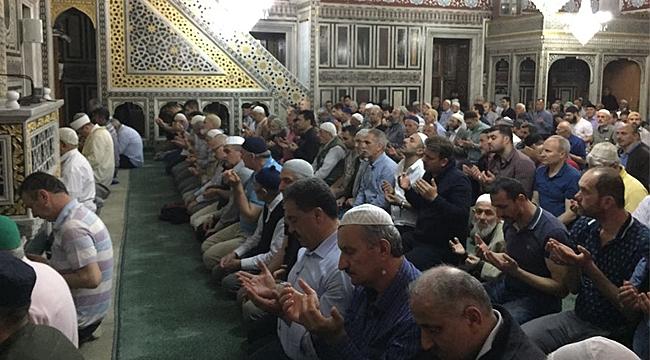 Camiler ilk teravih namazı için doldu