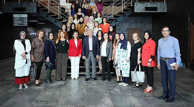 Karaosmanoğlu, iş kadınlarıyla bir arada