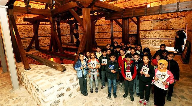 Öğrenciler Tarihi Su Dolabı'nı ziyaret ediyor