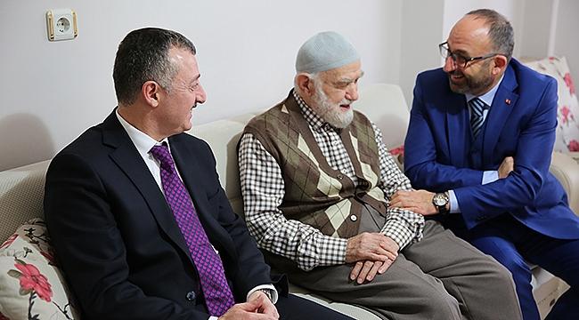 Erdoğan'ın hocasını ziyaret etti