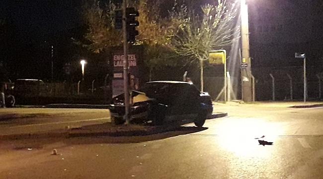 Uyuyakalan şoför, trafik ışığına çarptı