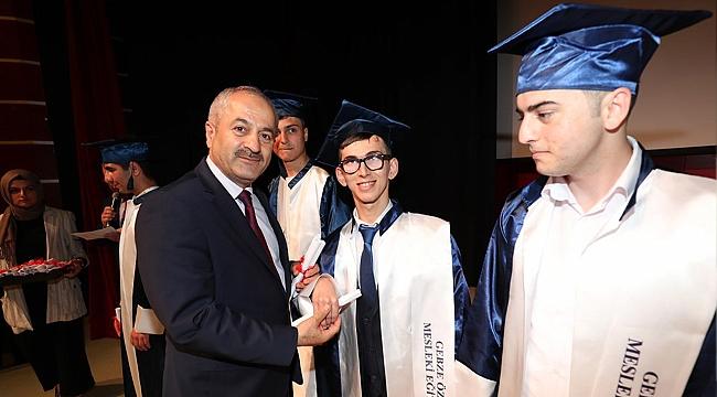 Özel çocukların diplomaları Büyükgöz'den