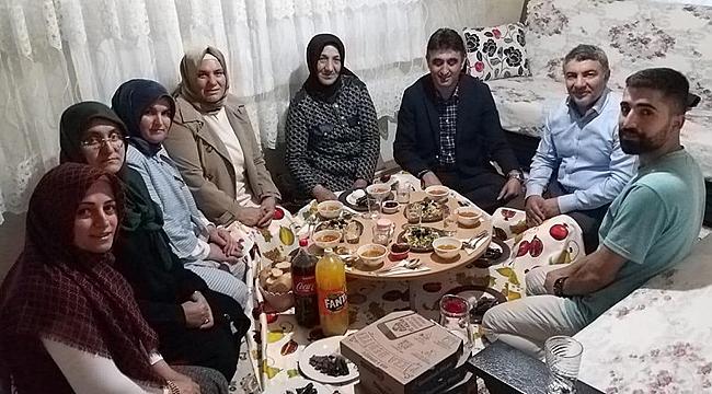 Şayir, iftarını şehit ailesiyle açtı