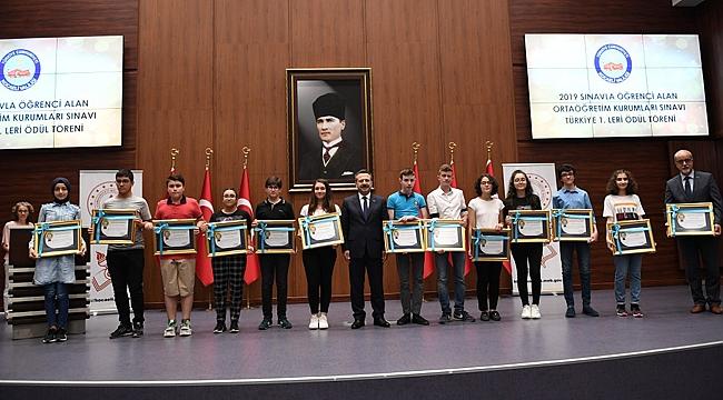 Vali Aksoy birincileri ödüllendirdi