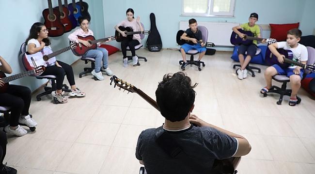 Gitar kursuna yoğun ilgi gösterdiler
