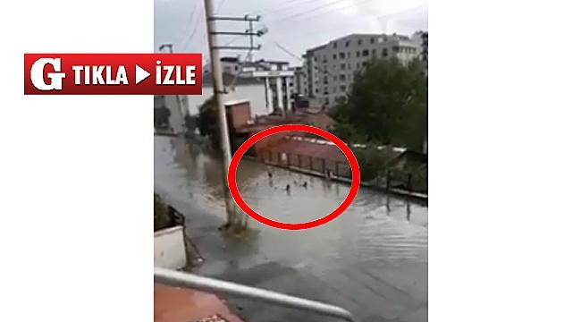 Yağmur birikintisi çocuklara havuz oldu