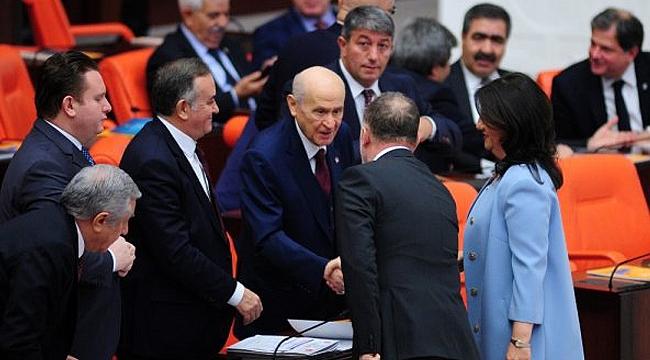 Bütçe görüşmelerinde MHP-HDP tokalaşması