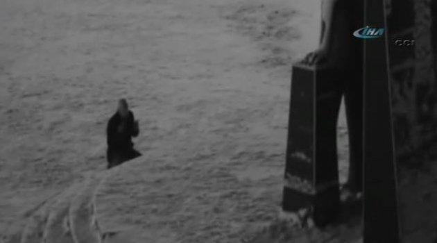 Atatürk heykeli önünde dua eden Sakaryalı